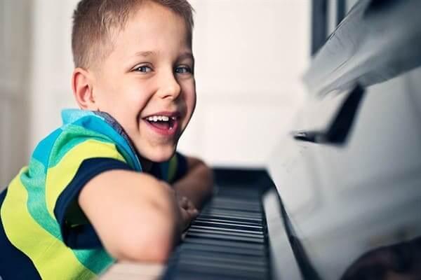 افزایش تمرکز و کنترل احساسات در کودکان با نواختن موسیقی